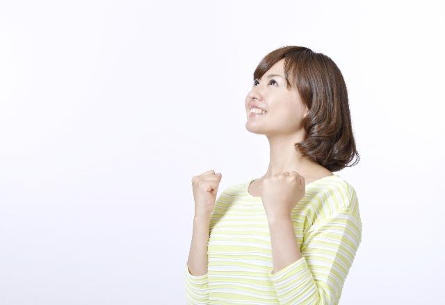 ガッツボーズ笑顔女性